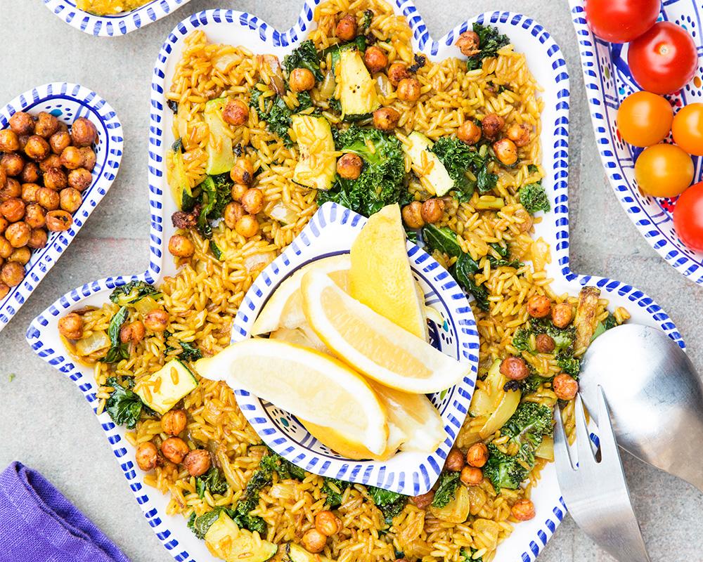 Fried rice med zucchini, morotspesto och rostade kikärter