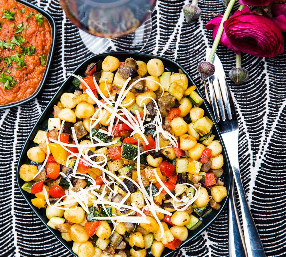 Gnocchi med frästa grönsaker och salsa arrabiata
